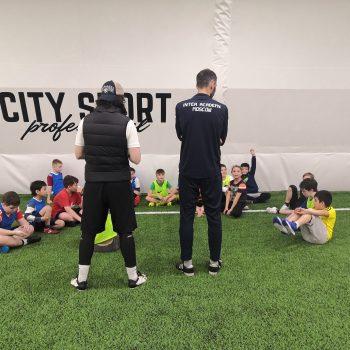 Клубные дети тренируются в футбольной академии Интера в Москве