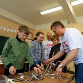 В Амурской области сантехники взяли шефство над мальчиком из детского дома, чтобы обучить его профессии