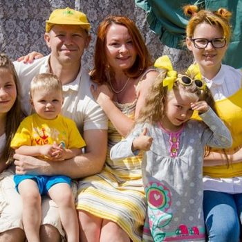 Бывший моряк и его жена усыновили пятерых малышей, а теперь помогают другим сиротам найти маму и папу