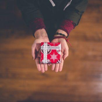 Подарки в детские дома — это зло или забота: суровая правда, которую стоит знать
